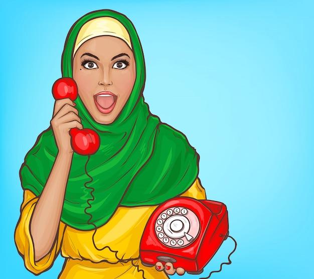 Donna araba nel hijab con l'illustrazione d'annata del fumetto del telefono di quadrante Vettore gratuito