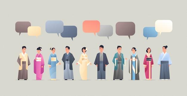 국가 고대 의상 중국어 또는 일본어 만화 캐릭터 전체 길이 평면 가로 전통적인 옷 채팅 거품 통신 개념 사람들을 입고 아시아 남성 여성 프리미엄 벡터