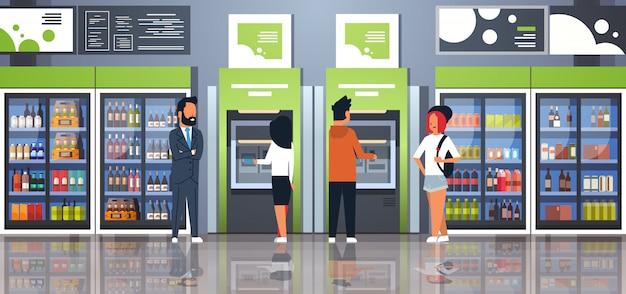 飲料冷凍庫の近くの現金atm支払ターミナルを引き出す人 Premiumベクター