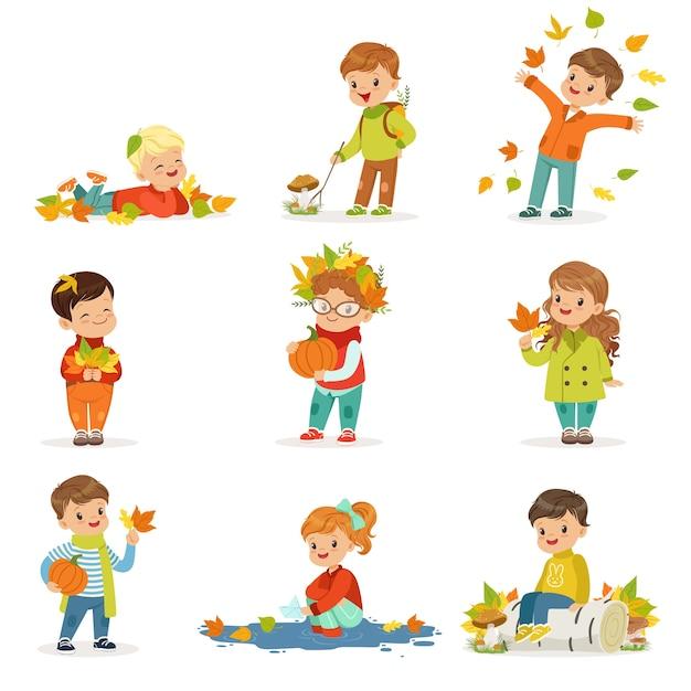 秋の子供たちの活動セット。秋に楽しい子供たち。葉を集めたり、遊んだり、葉を投げたり、キノコを摘んだり、カボチャを持ったり、地面に横たわったりします。幸せな子供時代。 。 Premiumベクター