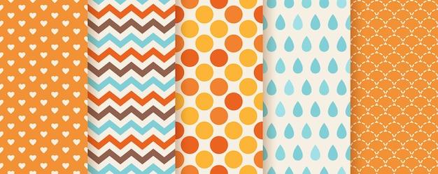 가을 패턴. . 매끄러운 질감입니다. 지그재그, 물방울 무늬, 하트 및 생선 비늘로 인쇄하십시오. 계절별 기하학적 배경을 설정하십시오. 화려한 만화 일러스트 레이 션. 귀여운 추상적 인 벽지. 플랫 프리미엄 벡터