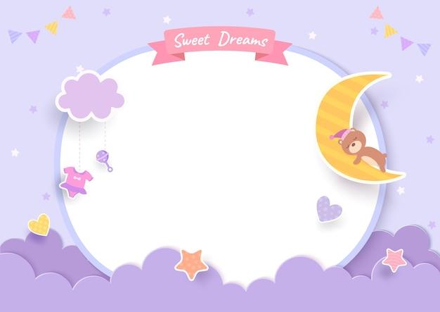 Открытка на рождение ребенка с плюшевым мишкой и луной на фиолетовом фоне Premium векторы