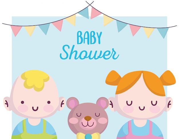 Детский душ, маленький мальчик и девочка с милым медведем, объявляют новорожденную приветственную открытку Premium векторы
