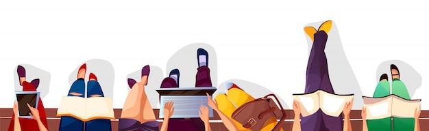 Обратно в колледж или школу иллюстрации студентов, сидящих на скамейке и чтения книг. Бесплатные векторы