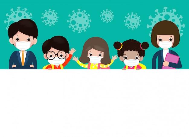 Обратно в школу для новой концепции нормального образа жизни счастливые милые студенты, дети и учителя, носящие защитную маску, защищают коронавирус или 19, держа большую вывеску, изолированных иллюстрация Premium векторы