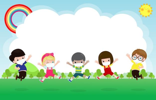 Снова в школу для новой концепции нормального образа жизни. счастливая группа детей в маске и социальном дистанцировании защищает коронавирус covid-19, прыгая на лугу в школе, изолированном на фоновой иллюстрации Premium векторы