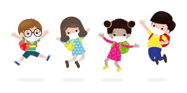 新しい通常のライフスタイルコンセプトの学校に戻る。幸せな子供たちが身に着けているフェイスマスクを保護するコロナウイルスまたはcovid 19をジャンプ、子供と友人のグループが白い背景ベクトルに分離された学校に行く Premiumベクター
