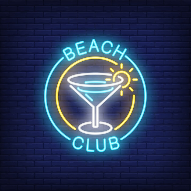 Beach club lettering and cocktail in circle. Free Vector