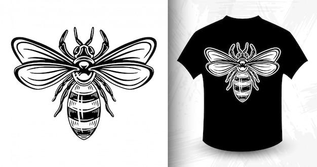 Bee. футболка с принтом в винтажном монохромном стиле. Premium векторы