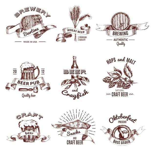 Emblemi disegnati a mano colorati di birra con scritte e nastri bevono in barili di boccali Vettore gratuito