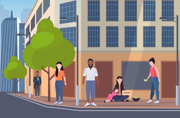 空腹のテキスト浮浪者女性と助けを懇願するようなホームレスの貧困概念都市景観背景フラット全長と看板を保持している小さな娘と乞食の母 Premiumベクター
