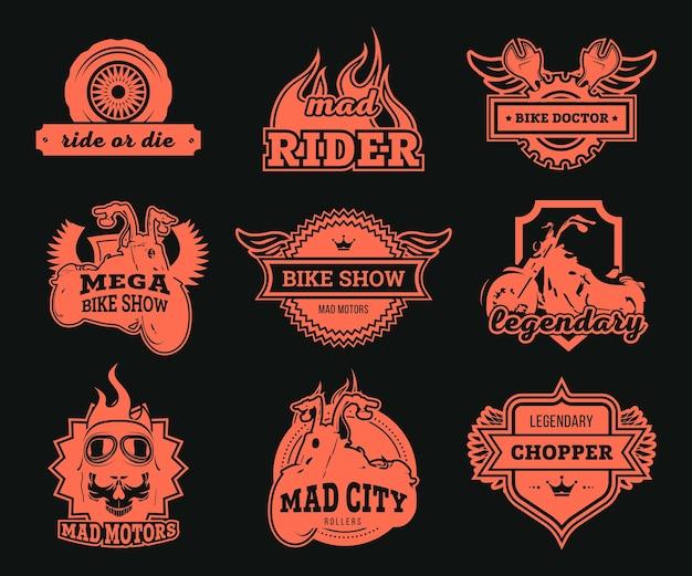 바이커 클럽 로고 세트. 빨간색 오토바이, 휠 및 스패너, 독수리 날개 및 라이더 안경 격리 된 삽화. 오토바이 쇼, 레이싱, 수리 서비스 라벨 템플릿 용 무료 벡터