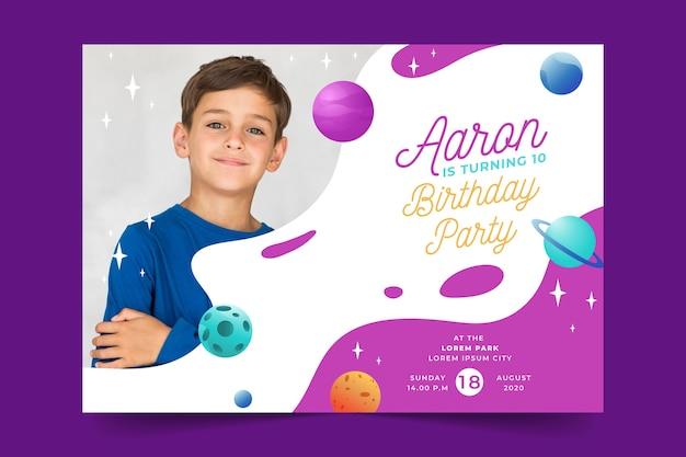 Modello di carta di compleanno per tema per bambini Vettore gratuito