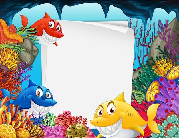 Чистый лист бумаги с мультипликационным персонажем многих акул в подводной сцене Бесплатные векторы