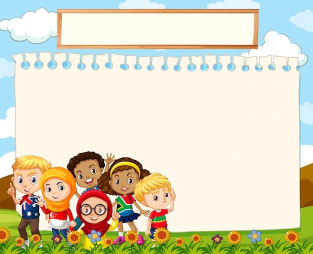 Modello in bianco del segno con i bambini su erba Vettore gratuito