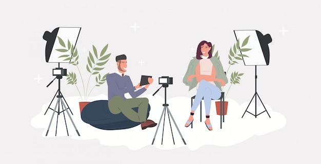 Блоггеры пара запись видео блог с цифровым фотоаппаратом на штативе мужчина женщина потоковое вещание социальные медиа сети блог концепция горизонтальный полная длина Premium векторы