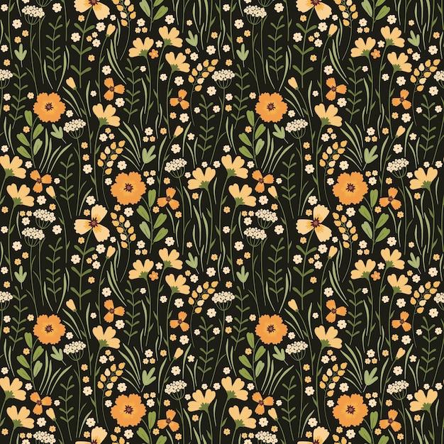 咲く夏の牧草地のシームレスなパターン。暗い背景に花柄を繰り返します。フィールドには、さまざまな野生の黄色い花、つぼみ、葉、茎がたくさんあります。リバティミレフルー。スカンジナビアスタイル Premiumベクター
