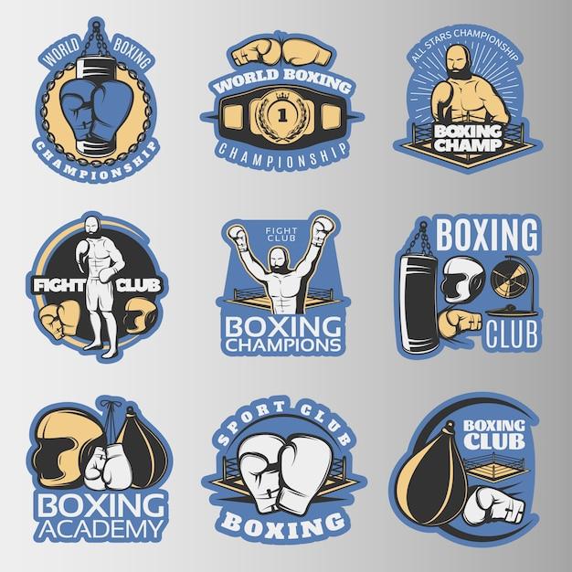 Emblemi colorati di pugilato dei campionati e dei club di combattimento con attrezzatura sportiva Vettore gratuito
