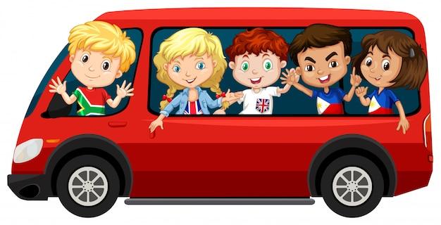 Мальчики и девочки на красном фургоне Бесплатные векторы