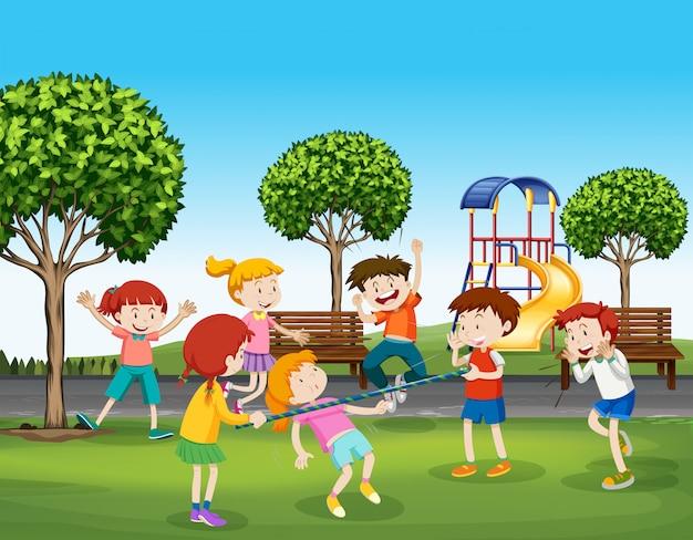 Мальчики и девочки играют в парке Бесплатные векторы