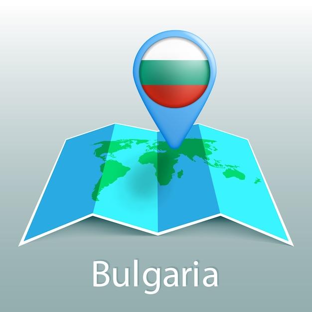 灰色の背景に国の名前とピンでブルガリアの国旗の世界地図 Premiumベクター