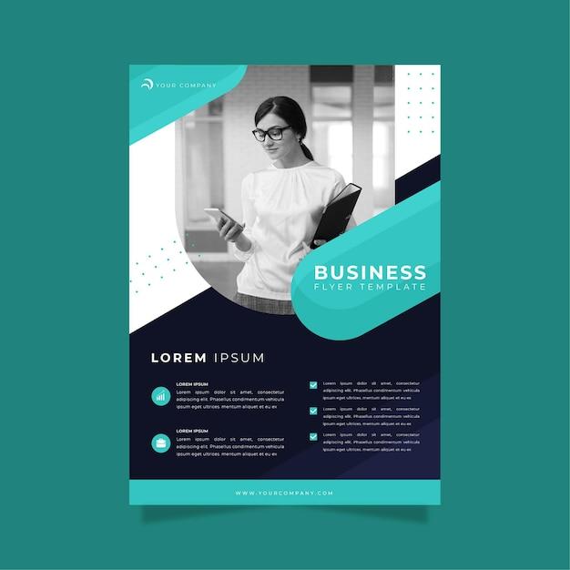 Бизнес флаер шаблон печати женщина держит буфер обмена Бесплатные векторы
