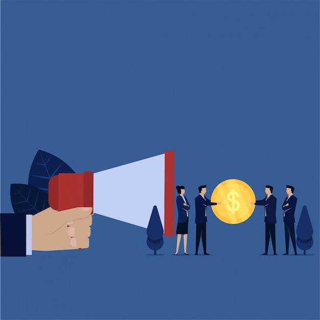 Бизнес рука держать мегафон и менеджер дают вознаграждение за реферальную метафору рассказать другу. Premium векторы