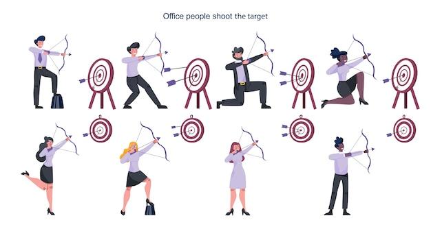ターゲットを目指して矢印セットで撮影するビジネスマン。従業員がターゲットを撃ちます。野心的な男と女の撮影。成功とモチベーションのアイデア。 Premiumベクター