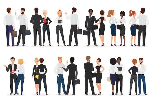Разговор деловых людей. мужчина и женщина стоят вместе и разговаривают, обсуждают, ведут переговоры Premium векторы