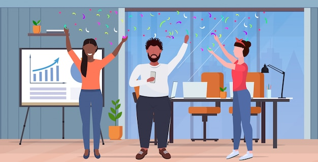 Ключевые слова на русском: бизнес люди поднимать руки коллеги, имеющие вечеринку confetti mix coworkers празднование событие концепция современный офис интерьер полная длина горизонтальный Premium векторы