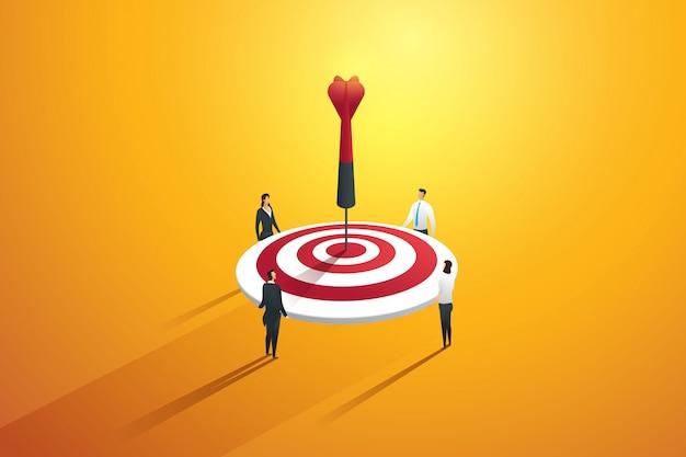 目標を達成するために従事するビジネスマンのチームワーク。マーケティングの概念。図 Premiumベクター