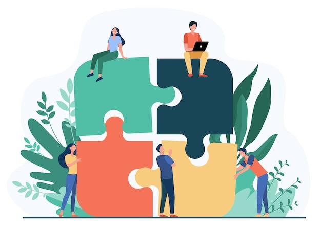 Squadra di affari che mette insieme l'illustrazione piana di vettore isolata puzzle del puzzle. partner del fumetto che lavorano in connessione. concetto di lavoro di squadra, partenariato e cooperazione Vettore gratuito