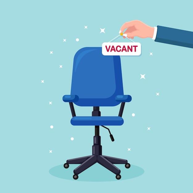 ビジネスマンは、オフィスの椅子の上に空いている看板を手に持っています。 Premiumベクター