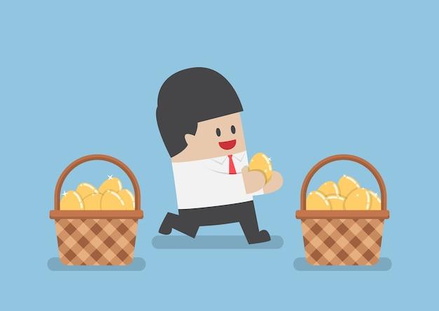 ビジネスマンはバスケットに金の卵を置きます Premiumベクター