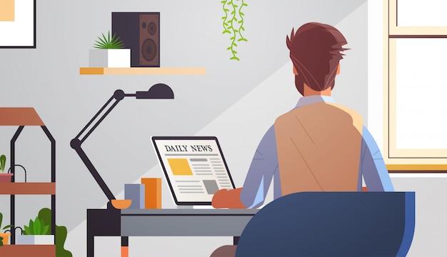 Бизнесмен, читающий ежедневные новостные статьи на экране ноутбука онлайн газета пресса концепция сми Premium векторы
