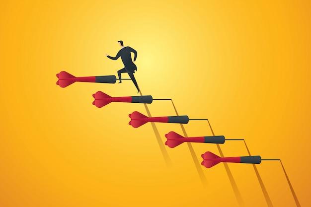 Бизнесмен устремляется вверх по лестнице к намеченной цели и успеху. Premium векторы