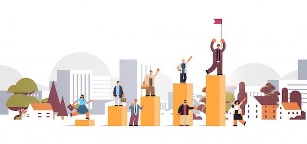 ビジネスマンのキャリアのはしごの上にフラグを持つ金融バーグラフビジネスマンを登る成功の成功の概念都市景観背景全長フラット水平 Premiumベクター