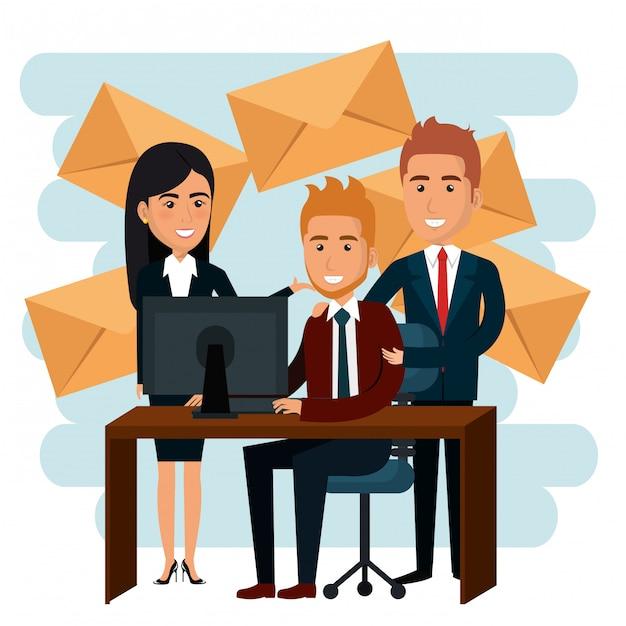 Uomini d'affari in ufficio con icone di marketing e-mail Vettore gratuito