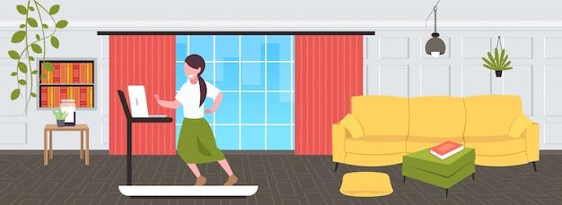 사업가 디딜 방 아 여자 프리랜서 운동 열심히 작업 개념 현대 거실 인테리어 전체 길이 가로에서 실행하는 노트북을 사용 하여 프리미엄 벡터