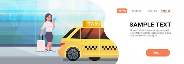 黄色のタクシーの都市交通サービスの近くの荷物とフォーマルな服装でストリートビジネス女性にタクシーを注文するモバイルアプリを使用して実業家 Premiumベクター