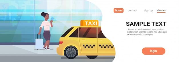 黄色いタクシー都市輸送サービスコンセプト全長コピースペース水平近くの荷物を持つストリートビジネス女性にタクシーを注文するモバイルアプリを使用して実業家 Premiumベクター