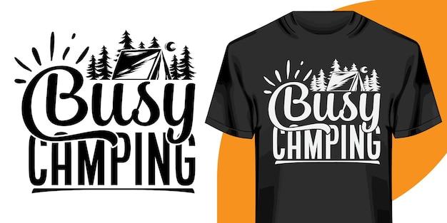 Дизайн футболки busy camping Premium векторы