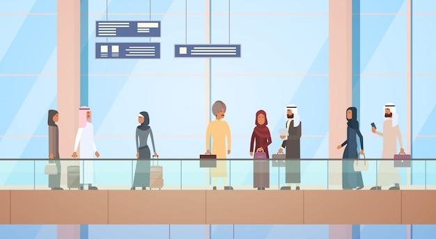 Пассажир арабских стран, зал вылета аэропорта, дорожный багаж, чемодан, пассажир-мусульманин c Premium векторы