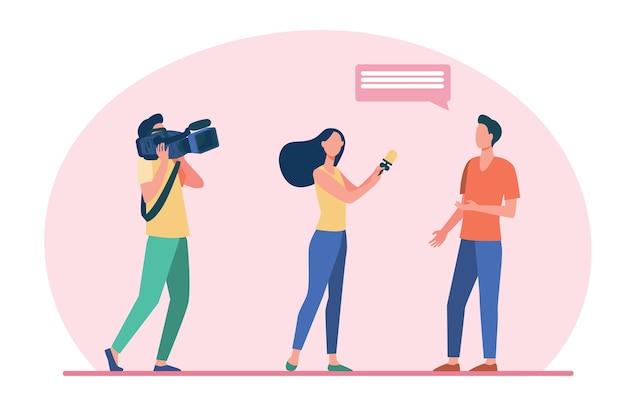 ルポルタージュを作るカメラクルー。ジャーナリストがフラットなイラストを撮影しているオペレーターの男にインタビュー。 無料ベクター