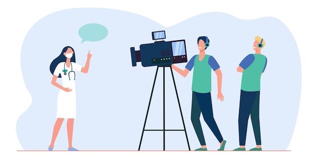 医療専門家のビデオを撮るカメラマン。カメラで話す医者。漫画イラスト 無料ベクター