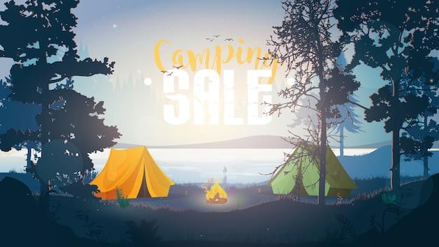 キャンプセールバナー。屋外イラスト。森でのキャンプ。テントのある森で早朝。 Premiumベクター