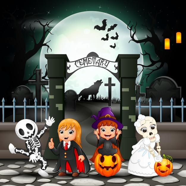 Cartoon happy kids with halloween costume Premium Vector