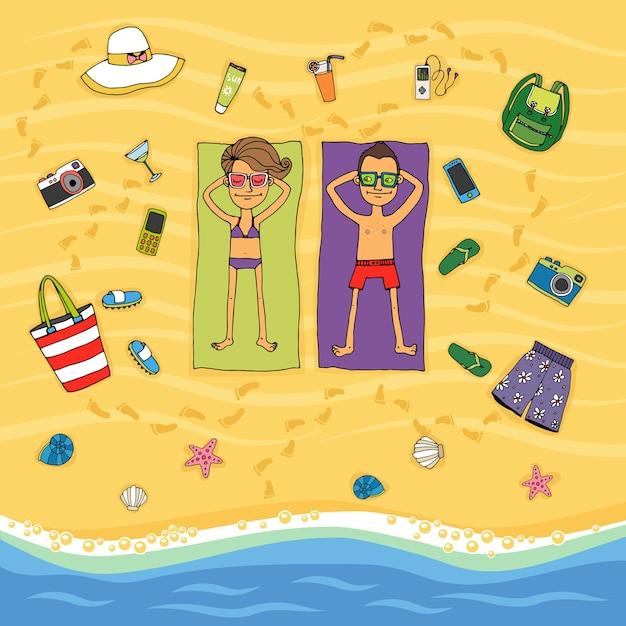 さまざまな休日のアイコンに囲まれた海の端にある熱帯のビーチで日光浴をしている金色の砂の上にタオルの上に横たわっているカップルの上からの漫画のベクトル図 無料ベクター