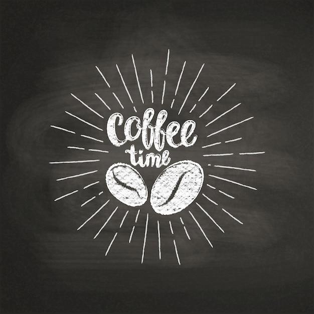 Мел текстурированные надписи время кофе с кофейных зерен на черной доске. Premium векторы