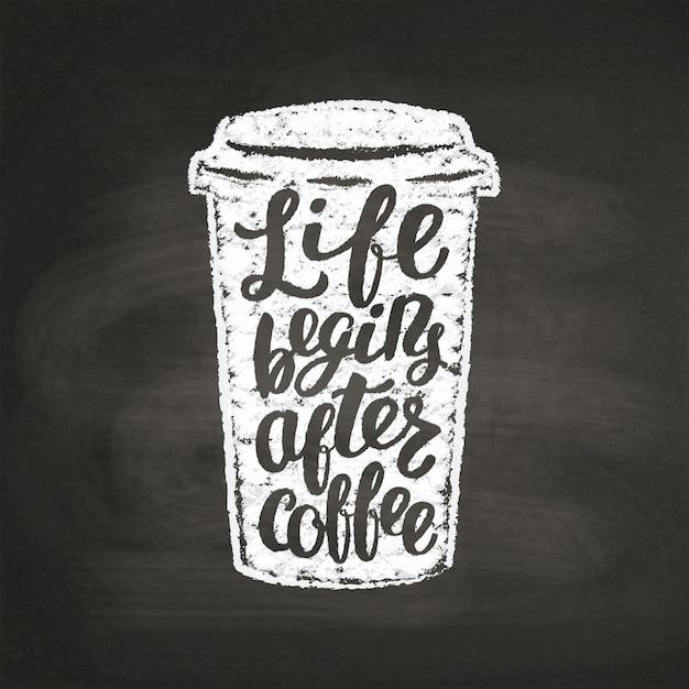 Мел текстурированный бумажный стаканчик силуэт с буквами жизнь начинается после кофе на черной доске. Premium векторы